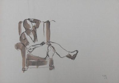 Vrouw in grote stoel